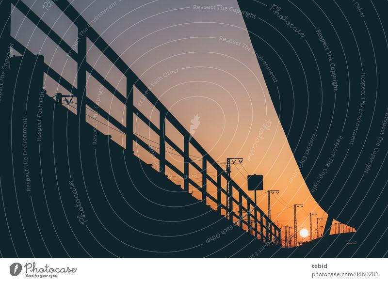 Städtische Strassenarchitekur im Abendlicht Sonne Sonnenlicht Straße Architektur Geländer Silhouette Kontrast Linien Perspektive Stadt urban Fluchtpunkt