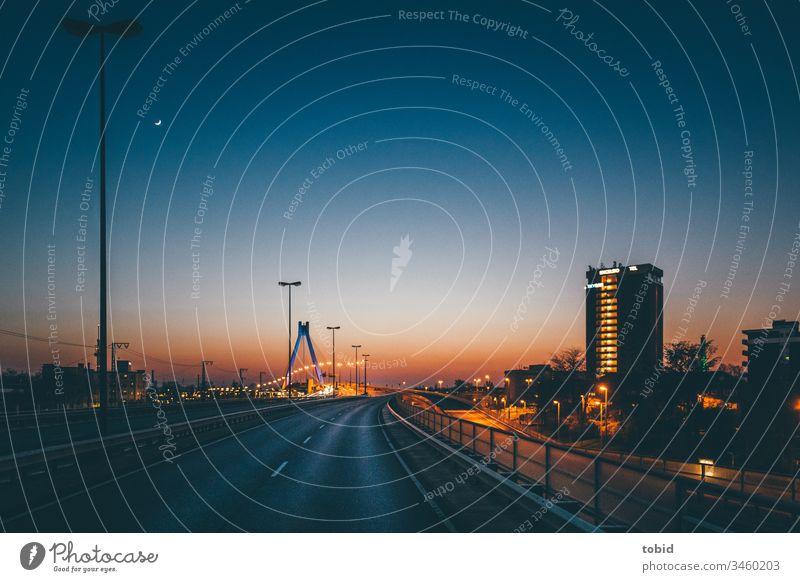 Leere Stadtautobahn im Abendlicht Autobahn Straße Dämmerung urban Lichtermeer Horizont Außenaufnahme Verkehrswege Menschenleer Nacht Brücke Silhouette Himmel