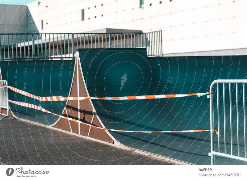 Spielplatz und Skatebahn geschlossen Skaterbahn isolation Absperrung rot-weiß Flatterband flatterband Barriere Durchgang verboten Verbote Quarantäne