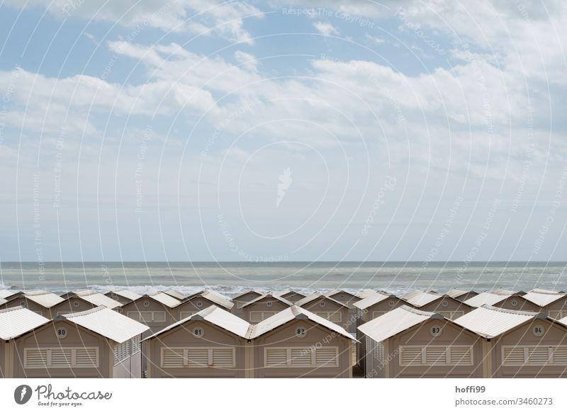 Strandhäuser am Meer Strandhaus Kabine Monotonie Reihe Horizont Verbaut Aussicht eingeschränkte Sicht eng Ferien & Urlaub & Reisen Küste Sand Sommer Himmel