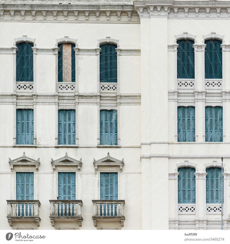 Historische Fassade der Belle Époque Belle Epoque Architektur Jalousie Fensterläden Altstadt Altstadthaus Fensterladen alt Gebäude Balkon Farbfoto mediterran
