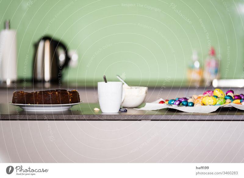 Kuchen und Ostereier im Büro Ostern Ostern im Büro Ei Frühling Osternest mehrfarbig Dekoration & Verzierung Lebensmittel Farbfoto Schokoladenkuchen