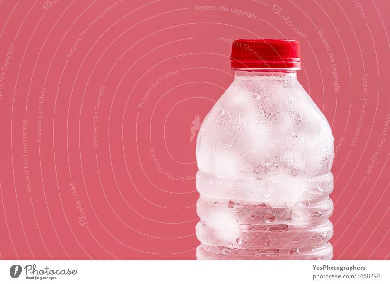 Flasche Wasser mit Eiswürfeln. Wasser in einer Plastikflasche aqua Getränk Sauberkeit übersichtlich kalt Erfrischungsgetränk cool Textfreiraum Entzug Tropfen