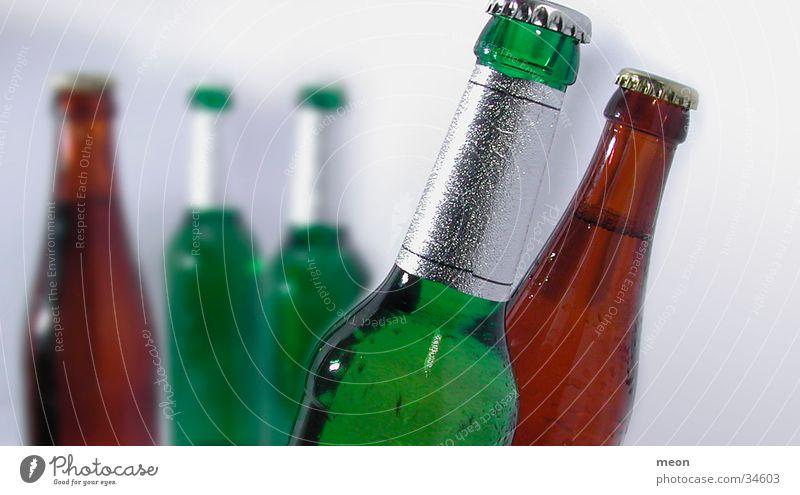 beerbottle Bierflasche Alkohol Becks Schwache Tiefenschärfe Menschenleer 5 grün braun Buntglas Detailaufnahme voll geschlossen Farbfoto