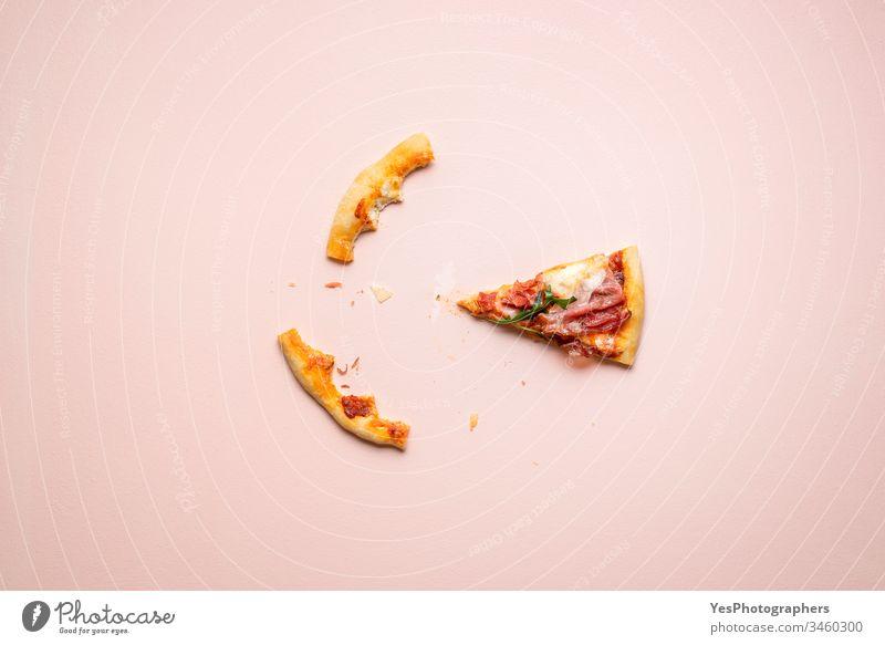 Schinkenpizza letztes Stück und Krustenreste. Italienische Prosciutto-Pizza-Schnitte Kohlenhydrate Käse und Schinken Küche Abendessen Essen Europäer berühmt