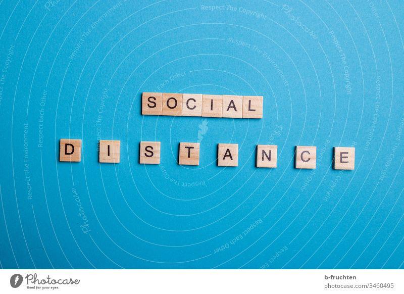 """Scrabble Buchstaben """"SOCIAL DISTANCE"""" auf blauem Hintergrund sozial distance social social distancing Studioaufnahme Hintergrund neutral Social Media covid-19"""