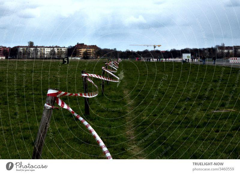 Corona Thoughts | Die Pandemie bringt viel ins Flattern: hier ein Absperr Band auf dem Berliner Ex-Flughafen Tempelhofer Feld covid-19 Corona-Virus