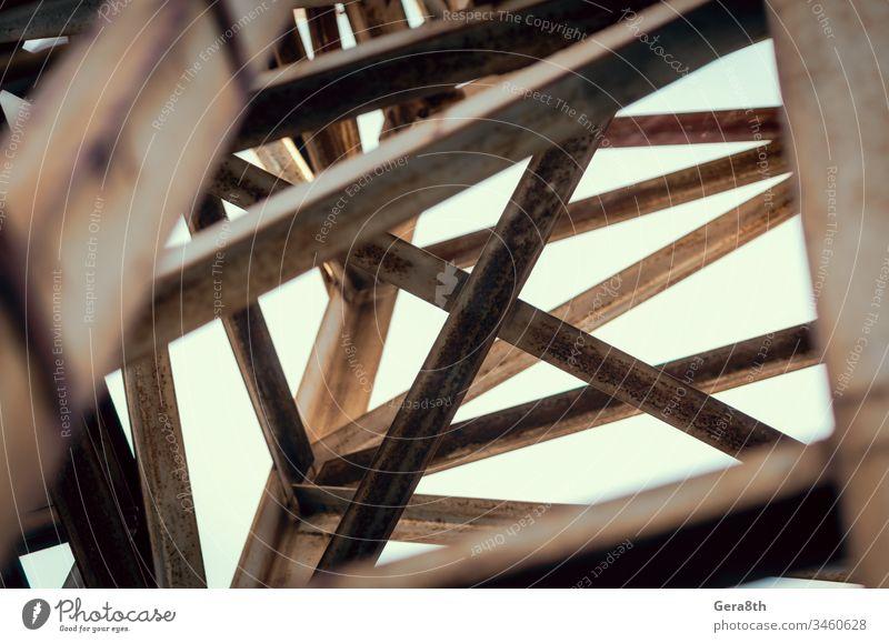 Hintergrund der Metallbalken eines Industriegebäudes in Nahaufnahme abstrakt Abstraktion Architektur Balken Konstruktion Querbalken Geometrie Grunge industriell