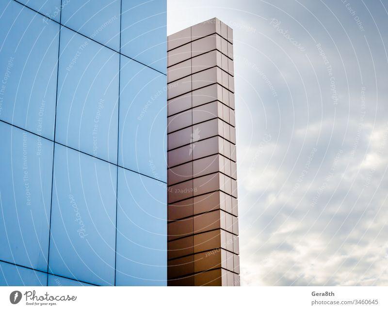 Fragment der Gebäudewand vor dem Hintergrund des Herbsthimmels Architektur Blöcke blau wolkig Bruchstück Gebäudefragment Mauerfragment geometrisch Haus Linie
