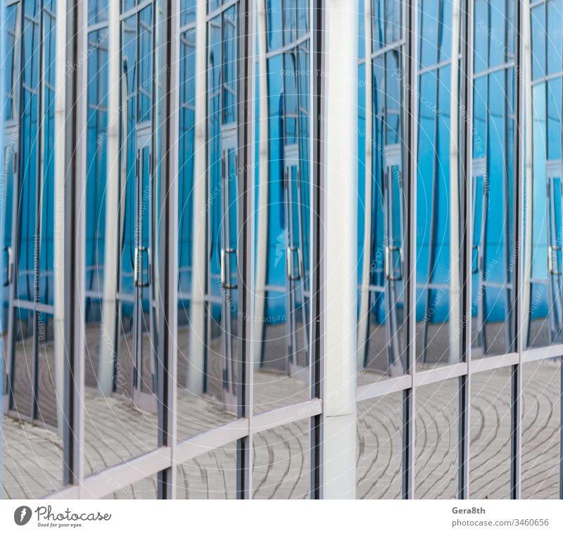 abstrakter Hintergrund, der sich in den Glasfenstern des Gebäudes spiegelt architektonisch Architektur blau Großstadt Sauberkeit sauberes Fenster Verzerrung Tür