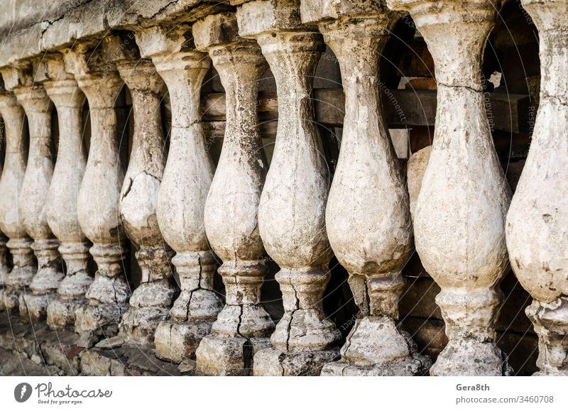 Reihe von antiken kleinen Spalten antike Säulen Architektur geknackt listig Dekor identisch retro rau Reihe von Spalten mehrere schäbig kleine Spalten