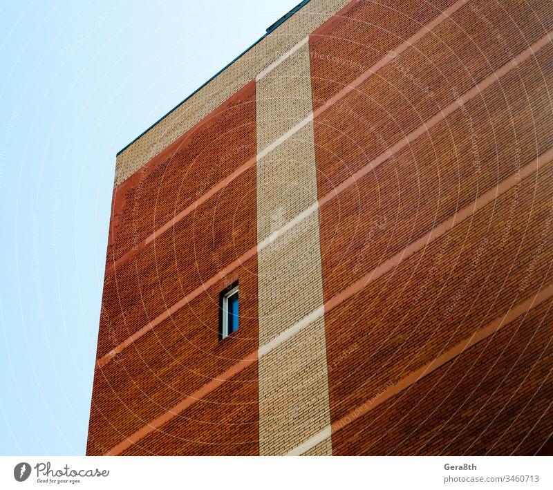 hohe Wand mit einfachem Fenster auf blauem Himmelshintergrund Architektur Hintergrund Knüppel Blöcke Blauer Himmel Ziegel hoch Haus orange Muster Single