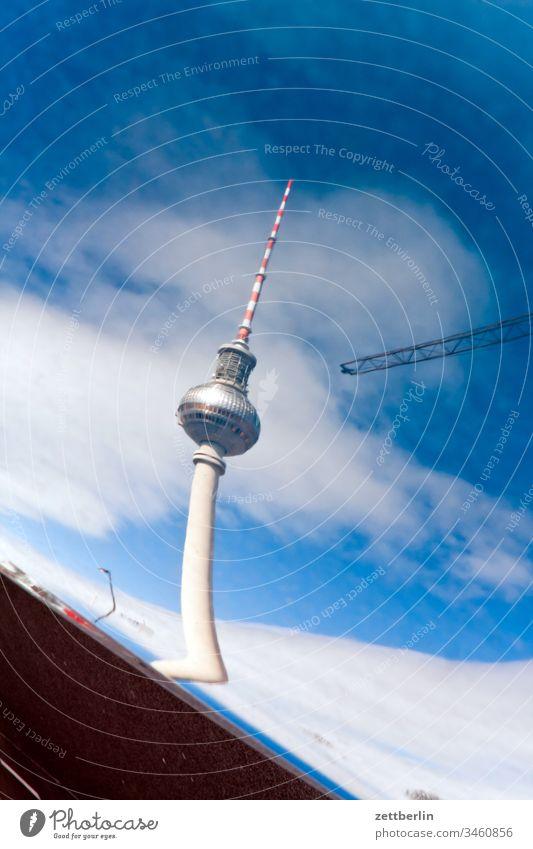 Spiegelbild vom Fernsehturm architektur außen berlin city frühjahr frühling hauptstadt haus innenstadt menschenleer städtereise textfreiraum tourismus touristik