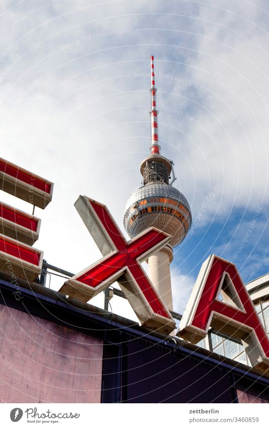 Bahnhof Berlin-Alexanderplatz mit Fernsehturm alex alexanderplatz architektur außen berlin city fernsehturm frühjahr frühling hauptstadt haus innenstadt