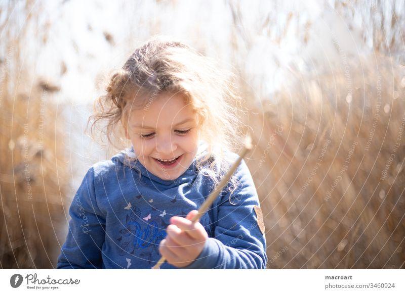 Kind spielt am See im Schilf schilf see Außenaufnahme Natur Farbfoto Landschaft Wasser frühling Seeufer Menschenleer covid19 schlulschließungen frei entdecken