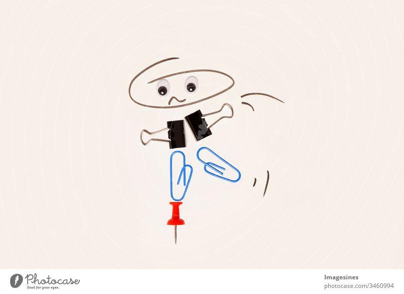 Work Life Balance Konzept. Abbildung Figur Person balanciert auf der Oberseite des Pin. Comic Illustration mit Büroklammern und Pin und  Kopf gezeichnet - gemalt. aus Büromaterial