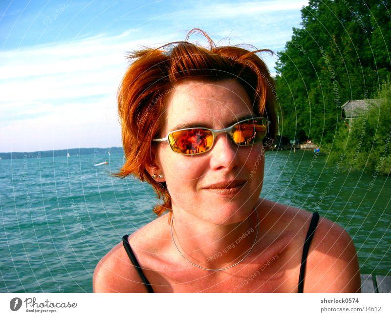 Los Brillos Frau Wasser Himmel Baum lachen Haare & Frisuren Sonnenbrille