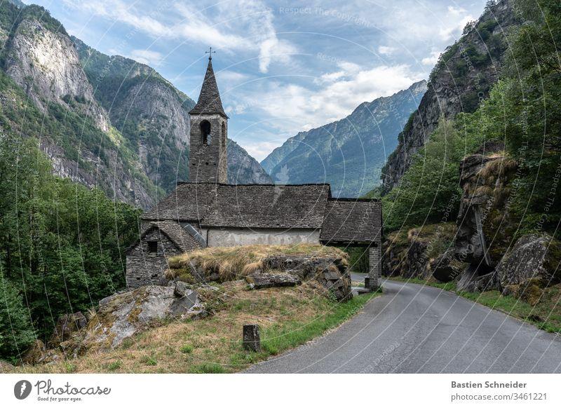 Eine Kirche im Val verzasca im Tessin, Schweiz Lavertezzo Außenaufnahme Kanton Tessin Farbfoto Landschaft Roman Bogenbruecke Morgen Verzasca Tal Europa