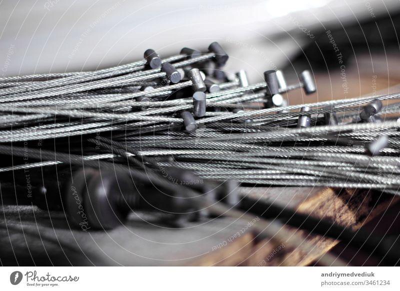 Haufen altes Bremskabel aus Metall, Kabeldrähte. wartet auf die Wiederverwertung. Fahrrad Bremse industriell Industrie Hintergrund vereinzelt metallisch