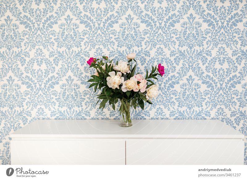 Pfingstrosen Frische Schnittblumen in Vase mit Kopierfeld auf weißem Tisch auf blauem Hintergrund rosa Blume Pflanze Blütezeit Dekor Textur Natur romantisch