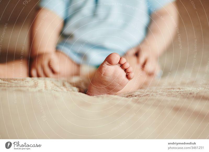 die Füße eines kleinen Kindes. Die kleinen Finger eines Neugeborenen. süße kleine Babyfüße Fuß neugeboren Mutter schön weiß wenig Familie Nahaufnahme Liebe