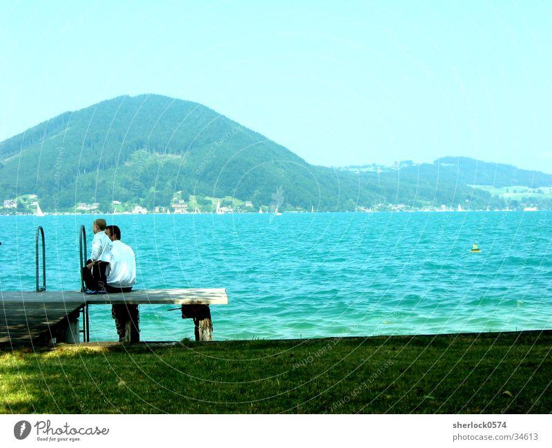 Ruhe am See Vater Sohn ruhig Steg Wiese Wasser Berge u. Gebirge Ferne
