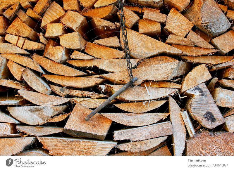 Geschnittenes Holz und ein Metallding Bretter Brennholz Holzstapel Vorrat Stapel Forstwirtschaft Baum Baumstamm Umwelt Menschenleer