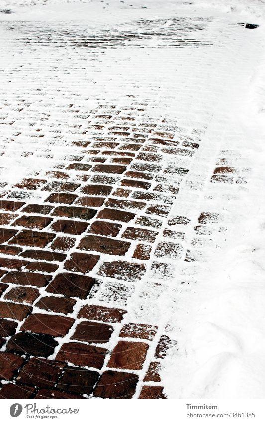 Da war doch ein Weg... Schnee Winter Wege & Pfade Kälte Spuren kalt Außenaufnahme Frost Menschenleer Pflastersteine braun weiß