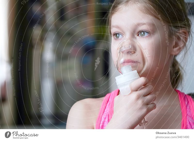 Mädchen stellt Inhalationsvernebler zu Hause her. Halten Sie einen Maskenvernebler, der Dämpfe einatmet, und sprühen Sie das Medikament in die Lunge Ihres lungenkranken Patienten. Selbstbehandlung der Atemwege durch Inhalation