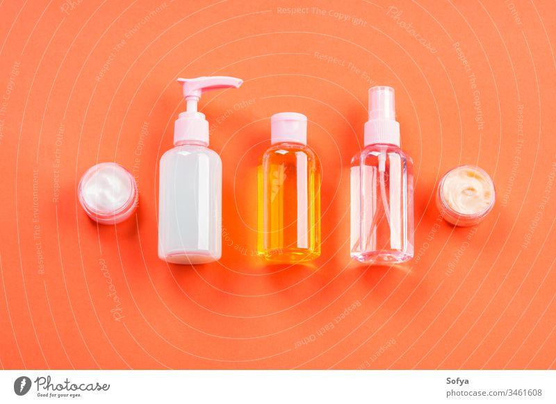 Generische Schönheitsprodukte auf oranger Koralle generisch Sommer Kosmetik Produkt Korallen Sonne Körper Pflege Wesentliche Schutz rosa Strand Konzept