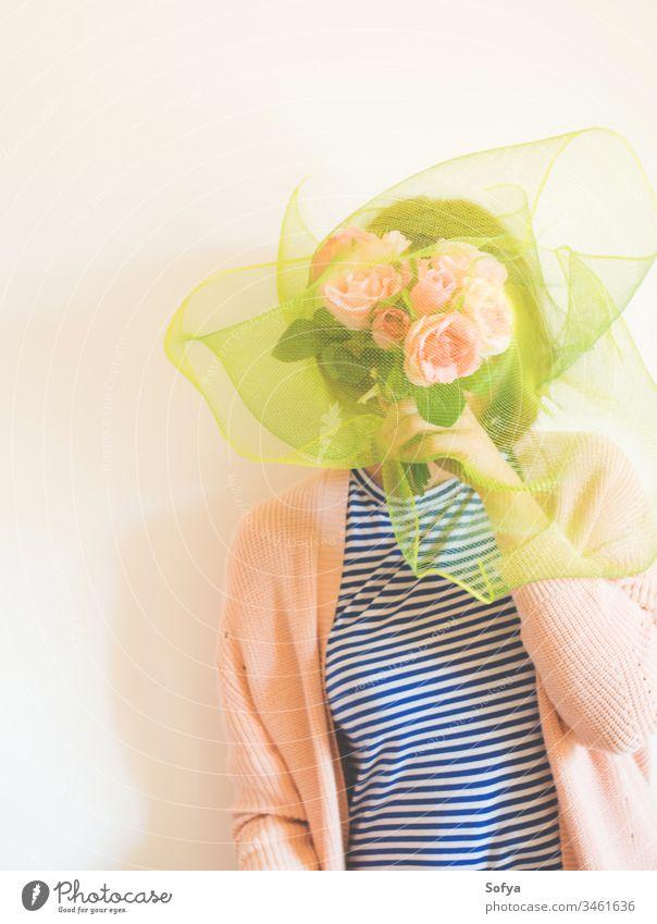 Gesichtsloses weibliches Porträt mit Blumen, die ihr Gesicht bedecken gesichtslos Frauentag Blumenstrauß Muttertag deckend schüchtern Haufen rosa Roséwein