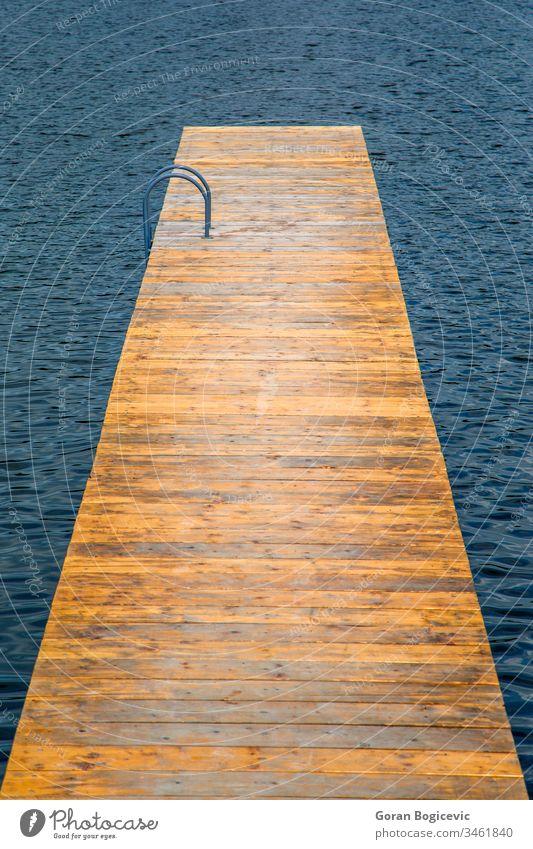 Hölzerner Pier MEER Himmel Meer Wasser blau alt See hölzern Bucht friedlich Natur Holz Anlegestelle im Freien Landschaft Frieden Küste Sonne Szene Windstille