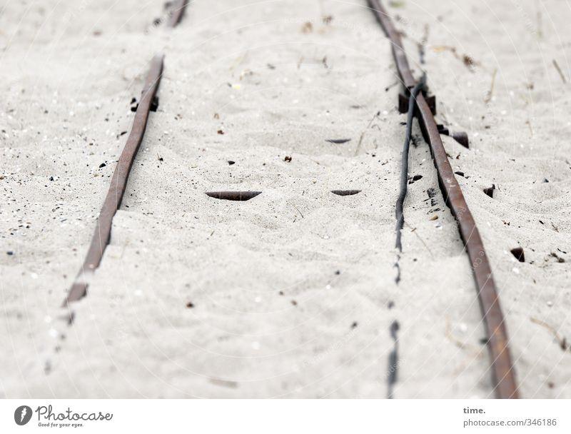 Lost Place | Lebenslinien #65 alt Umwelt Wege & Pfade Sand Metall Stimmung Energiewirtschaft Perspektive kaputt Vergänglichkeit planen Kabel historisch