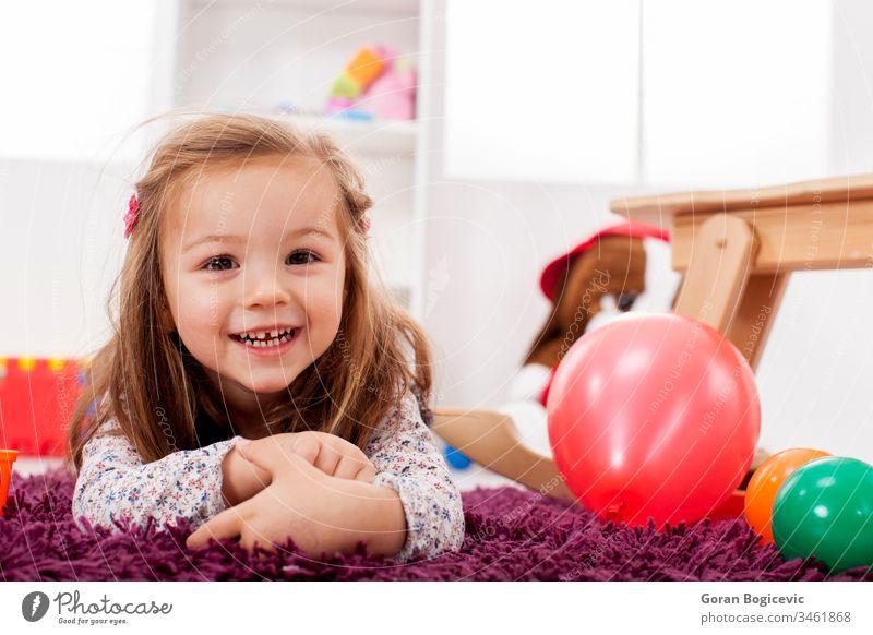 Mädchen spielt im Raum Aktivität bezaubernd schön hell Pflege Teppich lässig Kaukasier Kind Kinderbetreuung Kindheit Farbe farbenfroh kreativ niedlich Tochter