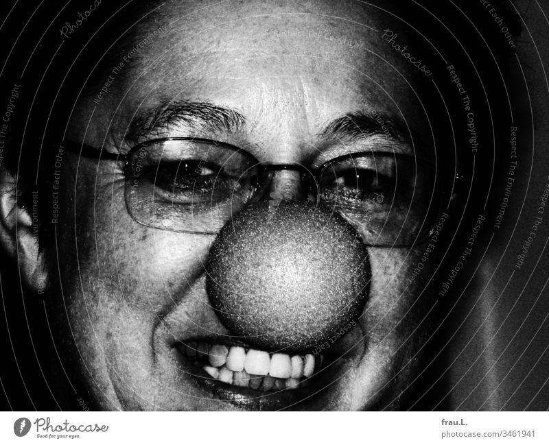 Die reife Dame mit der Clownsnase lachte etwas gequält und fand sich weder schön noch süß, schon gar nicht niedlich. Frau Porträt Lachen Zähne Brille Gesicht