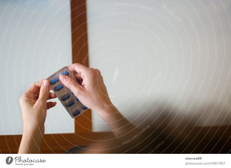 Weibliche Hand hält medizinische Pillen. Ansicht von oben covid-19 Analgetikum blau Pflege Coronavirus Medikament Frau Hände Gesundheit Beteiligung Krankheit