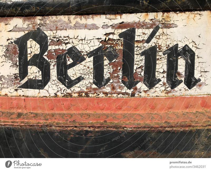 Abblätternder Schriftzug Berlin auf Metall. Hauptstadt Deutschland Typographie Bundeshauptstadt schwarz weiß rot Schiff Boot Rost Alter vergilbt Lack Lackiert