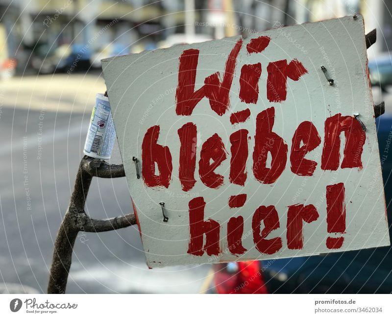 "Kampf gegen Gentrifizierung: Schild mit Aufschrift ""Wir bleiben hier!"" Berlin Mietwucher Mietenwahnsinn Immobilien immobilienhai Wohnung Wohnen Immobilienmarkt"