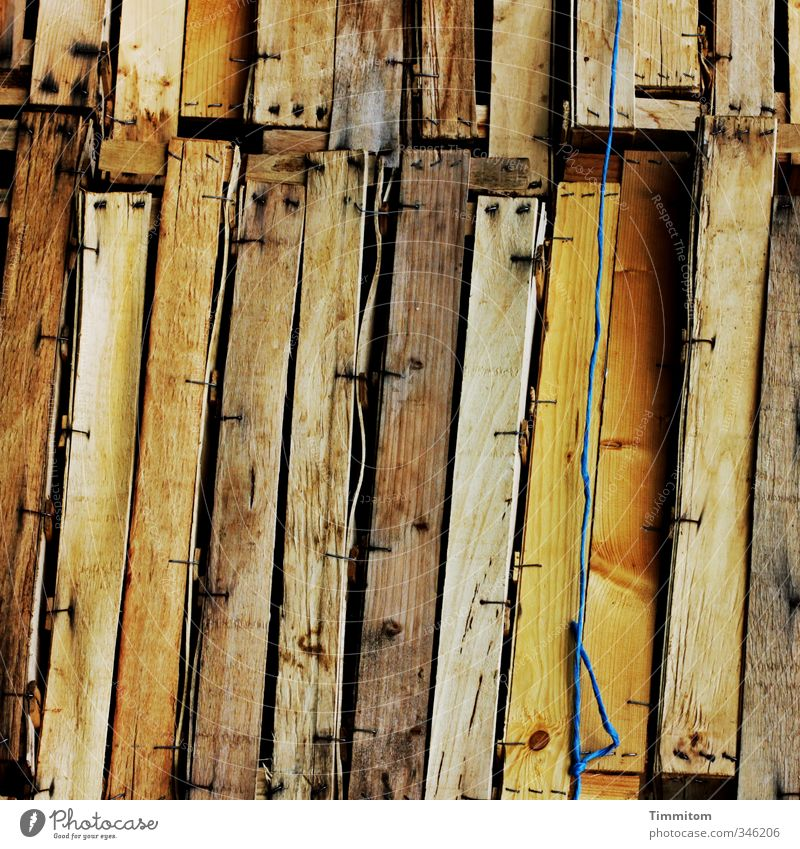 Gespannte Erwartung. blau Gefühle Holz braun leer ästhetisch einfach Neugier eckig Draht Anhäufung Nagel Holzkiste