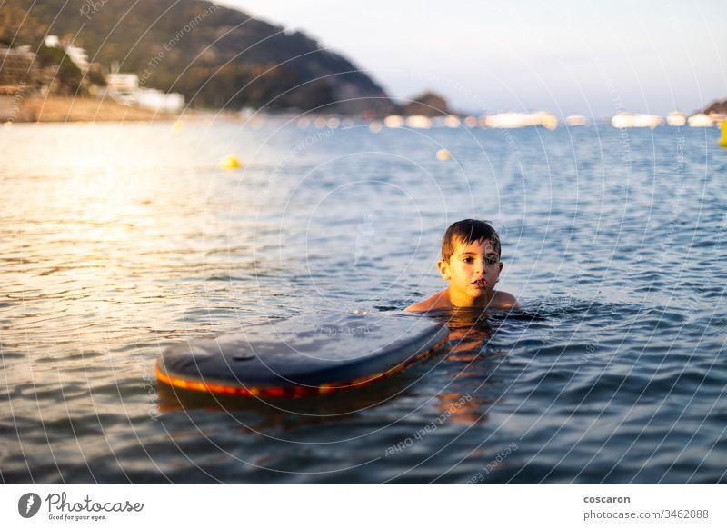 Kleines Kind mit einem Körper auf dem Meer surfen aktiv Aktivität Strand schön Schönheit blau Holzplatte Boarding Bodyboard Bodyboarding bodysurfing heiter