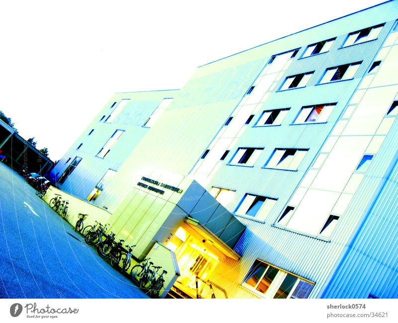 Licht im Eingang Dämmerung Haus Asphalt Fenster Architektur Studentenheim Eingangsbeleuchtung PKW