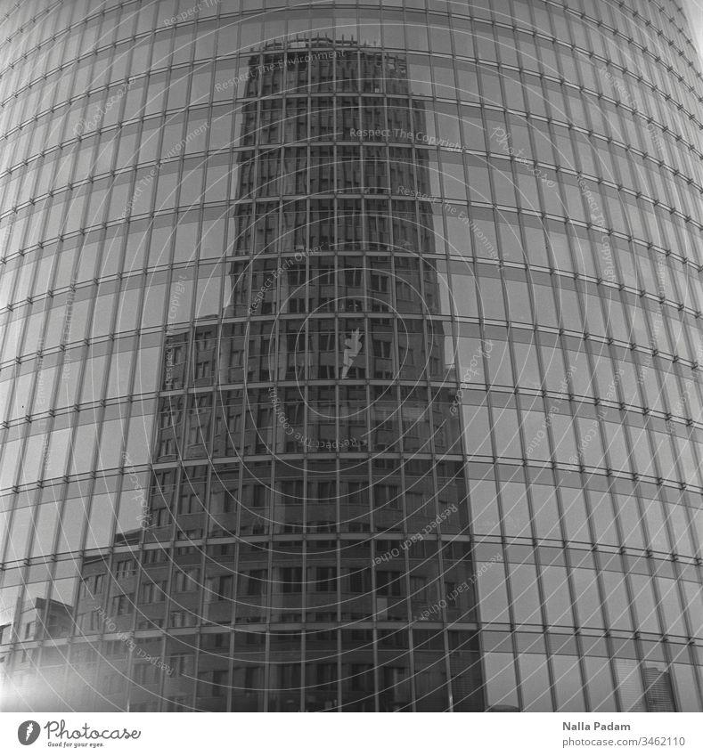 Spiegelung eines Hochhauses in einem weiteren und das mitten in Berlin Kollhofftower DB Tower Hochhausfassade hoch Architektur Architekturfotografie Glasfassade