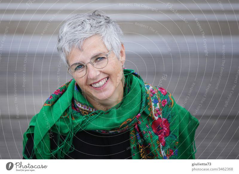 Lachende, lebensfrohe Frau, junggeblieben, 50+, natürlich schön altern, wunderschön, glücklich Erwachsene Weiblicher Senior Leben 1 Mensch 45-60 Jahre Ohrringe