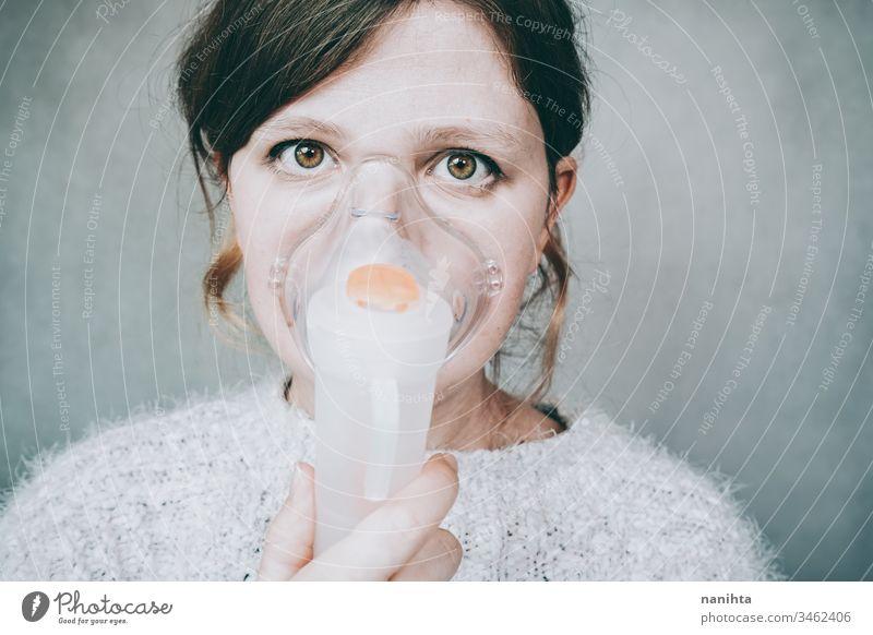 Junge Frau mit Atemmaske Bund 19 COVID Coronavirus Virus Pandemie Mundschutz Krankheit Sauerstoff infiziert ansteckend Infektion Allergie Asthma Gesundheit