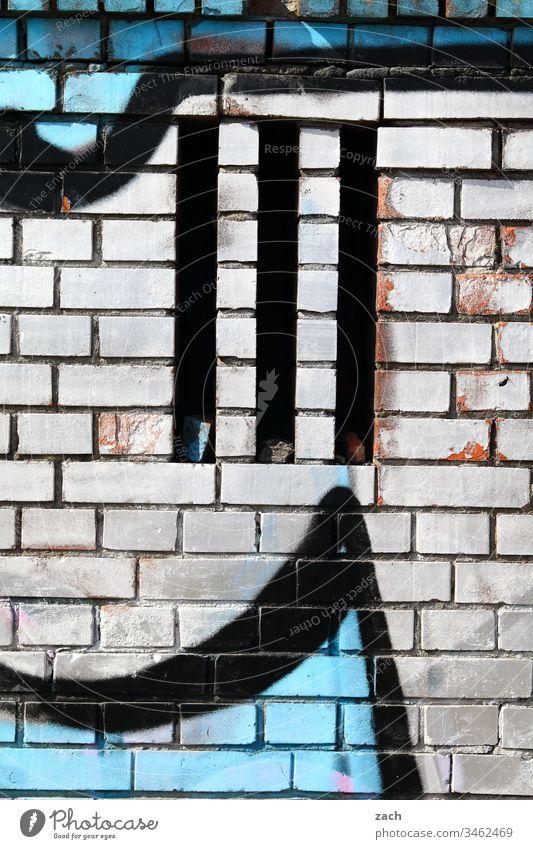 Graffiti an weißer Ziegelsteinwand Mauer Zeichen Schriftzeichen Gebäude Deutschland Berlin Hauptstadt Wand Menschenleer ziegelstein drei streetart