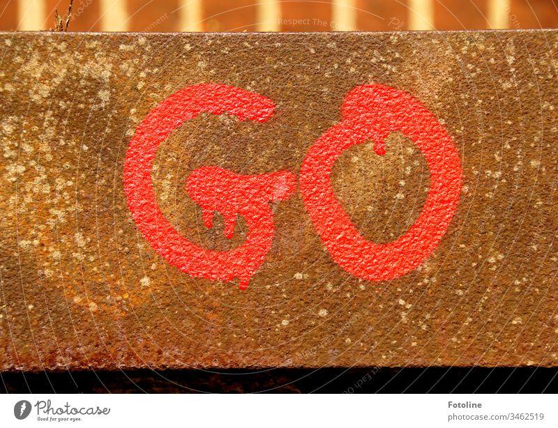 """Graffiti """"GO"""" an einer Mauer eines Fachwerkhauses Grafitti Wand Buchstaben Rechte Grau Farbe grafitti Wandmalereien Schriftzeichen Schmiererei Wort mehrfarbig"""