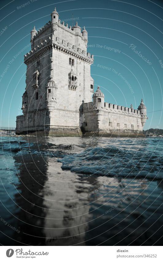 Torre de Belém Himmel Ferien & Urlaub & Reisen Wasser Sommer Meer Strand Küste Gebäude Wellen Tourismus Schönes Wetter Turm Burg oder Schloss Bauwerk Sommerurlaub Wolkenloser Himmel