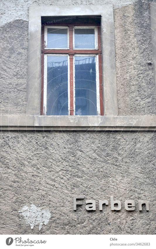 """Graue Fassade mit Aufschrift """"Farben"""" Fenster Architektur Haus Gebäude Wand Bauwerk Werbung Ilustration Mauer Menschenleer trist grau Außenaufnahme Farbfoto"""