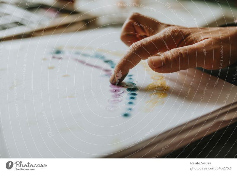 Nahaufnahme von Hand mit dem Finger Gemälde Kunst Zeichnung streichen Farbe zeichnen Künstler Anstreicher Farbfoto Kreativität malen Freizeit & Hobby