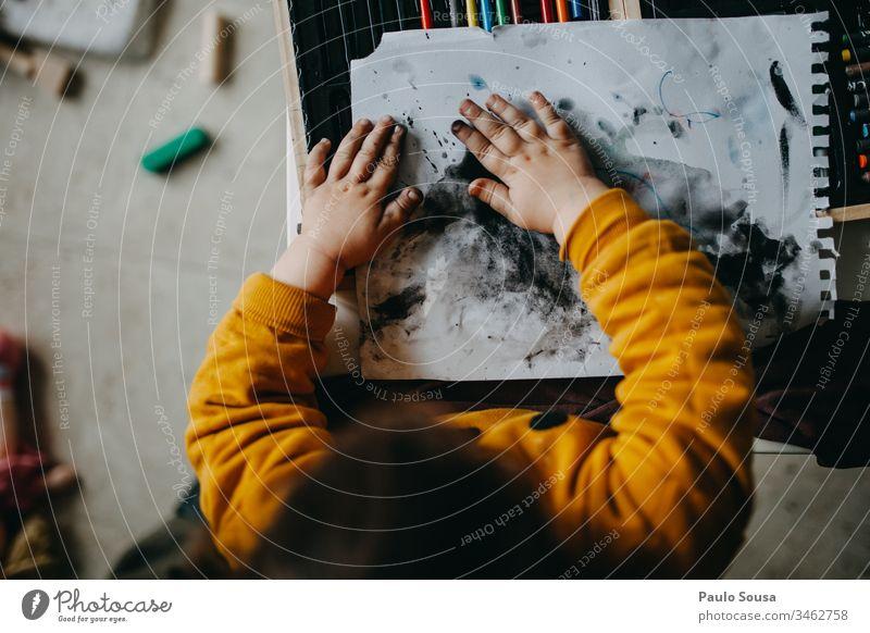 Kindermalen mit Händen Gemälde Kunst streichen mehrfarbig Farbe Pinselblume Künstler Anstreicher Kreativität Farbfoto Freizeit & Hobby zeichnen Papier